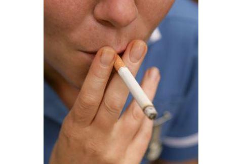 除了二手菸,三手菸也是致癌的可怕原因之一!避免在室內或車內吸菸,以免有毒物質殘留在物體上。(圖片/取材自英國《每日郵報》)