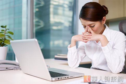 長時間緊盯螢幕,眼睛累了嗎?除了減少使用電腦、手機等3C產品外,不妨從加強攝取有益眼睛的食物開始改變。