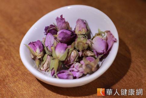 玫瑰花,有理氣解鬱、和血散瘀的作用,不但可以沖泡茶飲飲用,更能做為中醫藥浴的藥材。