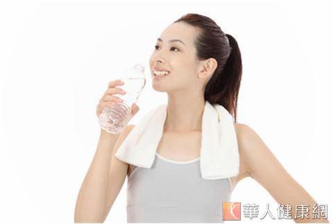 建議女性朋友養成隨時攜帶開水、定時補充水分的習慣,每天至少飲用2500c.c左有的水份(包含湯類、飲品),才能由內而外讓肌膚更水嫩。