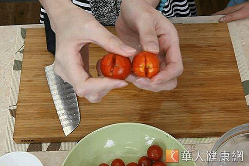 輕輕用刀在番茄末端劃開十字型。(攝影/江旻駿)