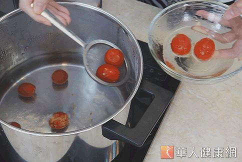 注意番茄只做川盪動作,不要煮熟了。(攝影/江旻駿)