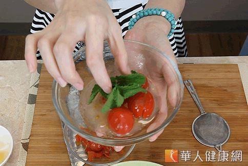 將所有食材攪拌均勻靜置即可食用。(攝影/江旻駿)