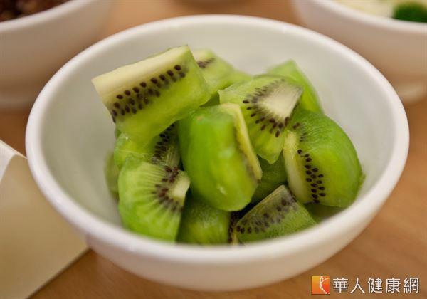 奇異果中有良好的膳食纖維,它不僅能降低膽固醇,而且可以幫助消化,防止便秘。
