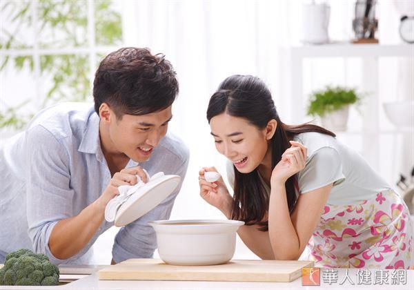 除了透過茶飲方式外,有反覆落枕困擾的患者,平時也能食用珍珠母粥幫助改善體質。