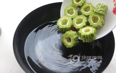 把焯過水的苦瓜段撈出浸入冰水中,把肉餡塞入苦瓜內,壓緊實上鍋蒸,大火十分鐘。