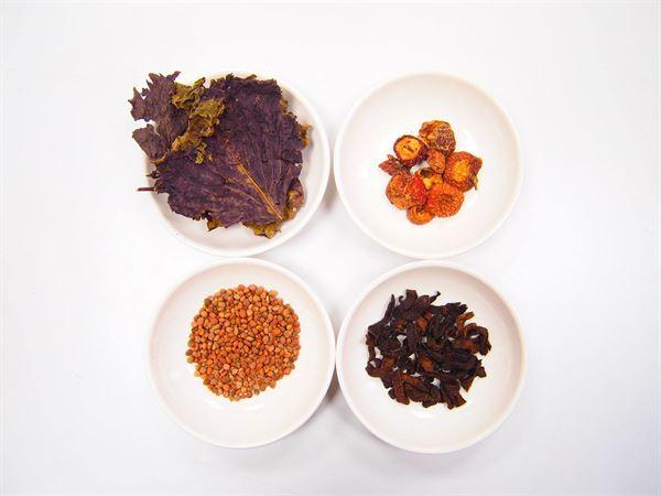 油切茶使用紫蘇葉、陳皮、萊菔子及山楂泡成,有助改善消化,和降低膽固醇的作用。(圖片提供/王倩梅中醫師)