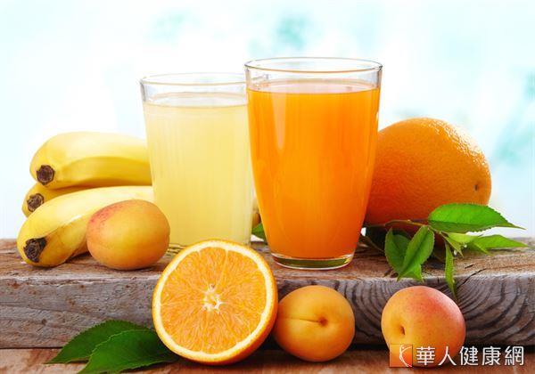 以容易取得的橘子、木瓜等新鮮水果,製成酸甜爽口的「紅橘汁」,非常適合大小朋友飲用。