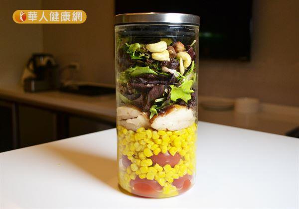 玻璃罐沙拉不但食材健康清爽,五彩繽紛的外觀更讓人看得口水直流。(攝影/洪毓琪)