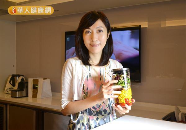 吳映蓉博士設計的小學生專屬玻璃罐沙拉,讓小朋友輕鬆擁有一罐美麗又健康的沙拉!(攝影/洪毓琪)