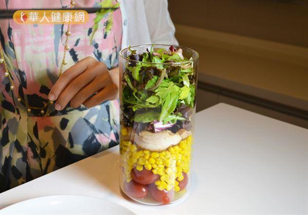 步驟四/將葉菜類蔬菜放置於雞排之上,讓蔬菜呈現自然的蓬鬆感,填滿玻璃罐。(攝影/洪毓琪)