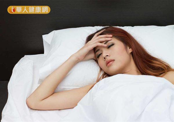 除了頸部的明顯凸起外,患者更常伴有頸部脹痛、性情急躁、心煩易怒、胸悶不適;以及失眠多夢、手指震顫、眼周酸脹,眼球突出不能完全閉合等症狀。