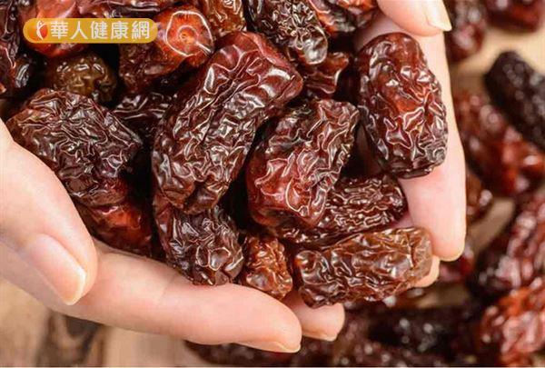 正常紅棗則為紅棕色,若是色澤過於鮮艷,則有不良添加物之疑慮。