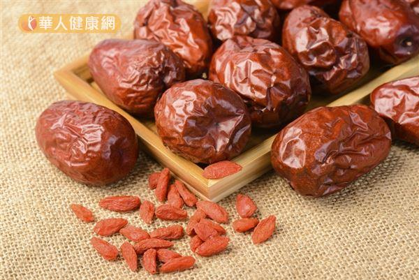 紅棗味道甘甜而藥性溫和,具有補氣活血的效果。