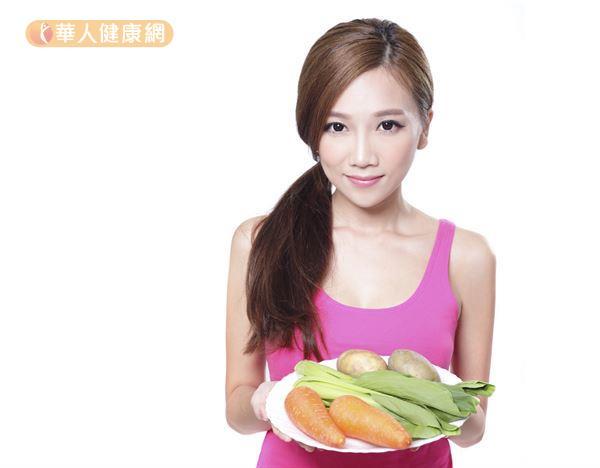 女孩生理期間,應避免生冷、燒烤、辛辣、油炸食物,多補充煮熟的蔬果。
