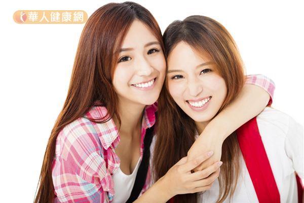 青春期的少女一定要定時吃三餐、攝取充足熱量,才能擁有良好發育。