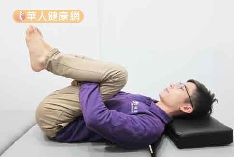下背肌群牽拉運動。(示範/物理治療師陳俊宇)