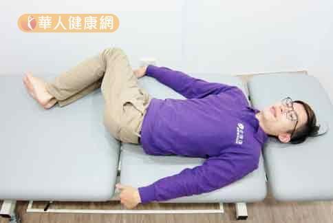 腰部活動度運動。(示範/物理治療師陳俊宇)