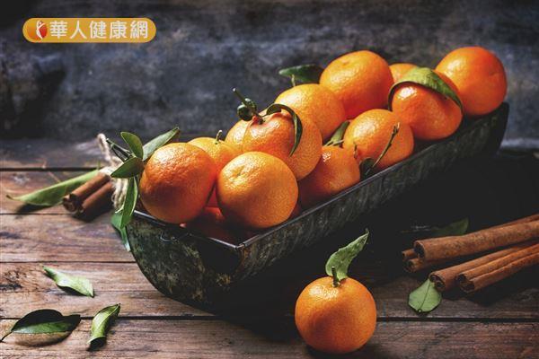 橘子屬於「寒性」的食物,建議可以烘烤加熱,袪除其寒性再食用。