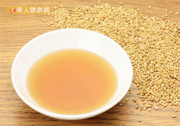 在中醫藥典籍中記載的生麻油本身是涼性,不過在經過添加老薑,甚至爆炒的動作後,麻油早就已經已變為熱性。