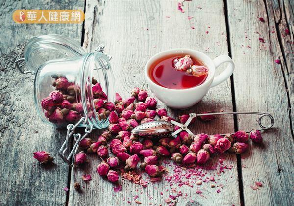 「玫瑰花茶」的材料有玫瑰花蕾6g、紅糖10g。