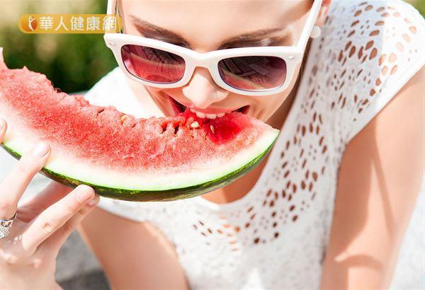 中醫師表示,西瓜白色果肉即「西瓜翠衣」,竟然營養價值大勝西瓜的紅色果肉。