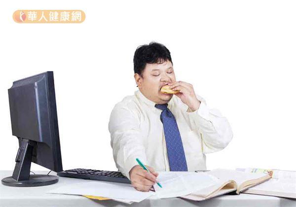 減重門診常發現,有超過一半上班族,肥胖與吃零食有關。