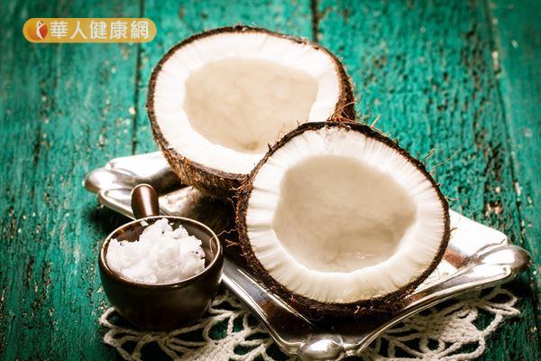 以具清熱效用的椰子燉煮雞湯,適合夏季養生。