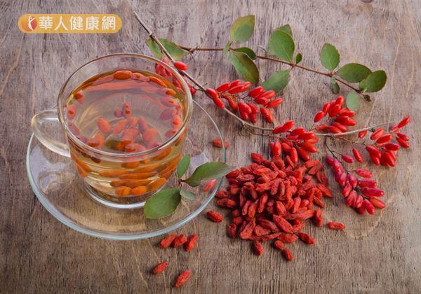 「枸杞菊花茶」的材料有枸杞1小把(約2~3錢)、洋甘菊6朵。