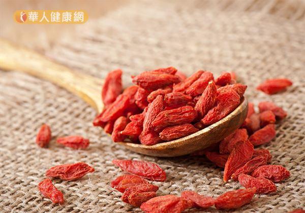 以中醫角度來說,味甘、性平的枸杞主要歸肝、腎經,有補肝腎、護眼明目之效。