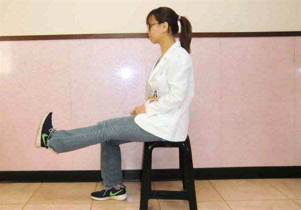 下肢拉筋伸展,強化腿部肌力。(示範/物理治療師蘇慧宜)