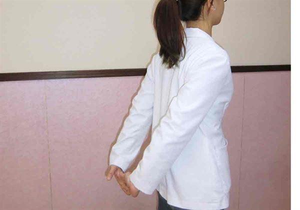上肢拉筋伸展,緩解腰痠背痛。(示範/物理治療師蘇慧宜)