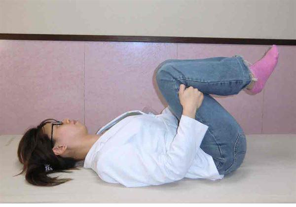 背部拉筋伸展,全身肌肉放鬆紓解痠痛。(示範/物理治療師蘇慧宜)