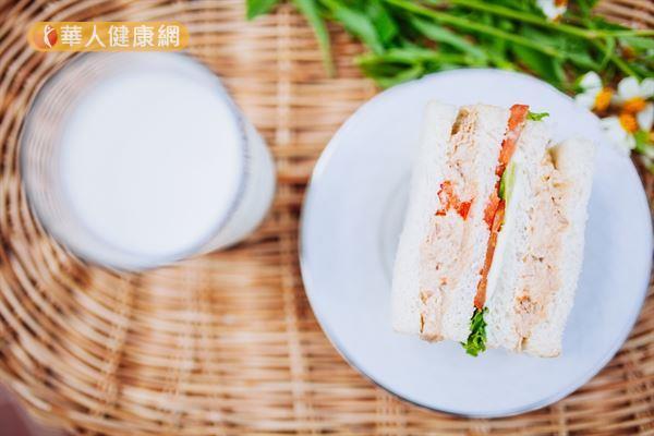 黃致錕醫師表示,自己的早餐,通常是以富含優質蛋白質,能為一天提供活力與體力的鮪魚or雞肉三明治+低脂奶or無糖豆漿。