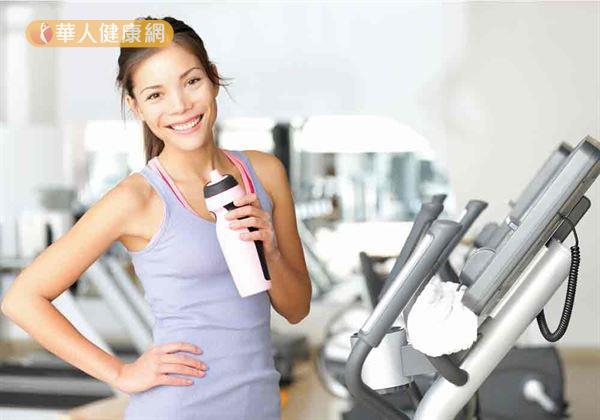 夏日運動除要督補充蛋白質與胺基酸食物外,也別忘記要多喝水。