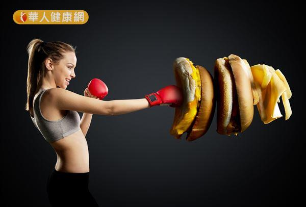 長期的高熱量飲食容易造成體重過重或肥胖。