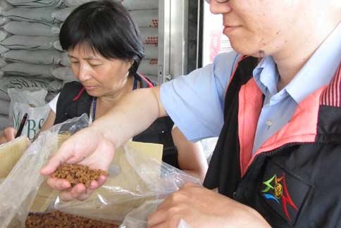 台中市政府衛生局抽驗市售蝦米,發現有2件含有超標的漂白劑二氧化硫,民眾誤食可能引發頭痛、噁心等過敏反應。(圖片提供/台中市衛生局)