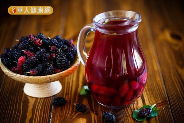 陰虛火旺體質的痘痘人,冬天可以煮桑椹茶調整體質,幫助預防痘痘的生成。