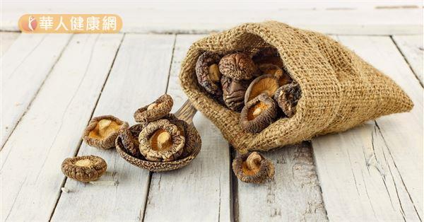 香菇在中醫也被歸類為黑色食物,性味甘平,入胃經又能補脾。