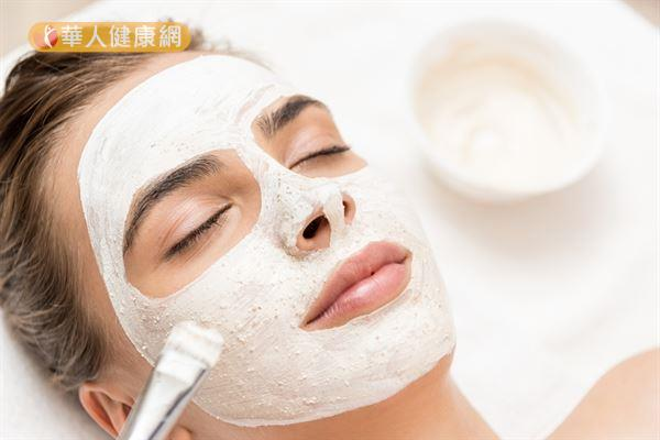 利用珍珠粉、白芨、白芷、白扁豆、茯苓等藥材製成面膜,有助美白肌膚。