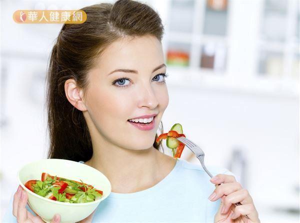 執行高峰斷食最簡單的方法為至少睡前3小時不吃東西,然後你隔日第一餐的進食時間至少與前一晚的最後一餐間隔13個小時。