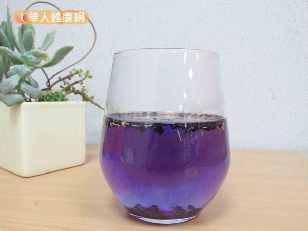 黑枸杞泡水之後呈現藍紫色,非常夢幻。