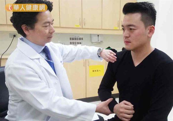 虞姓健身教練(右)因臥推重訓導致胸大肌斷裂,由吳家麟主任(左)主治,並說明治療過程。(圖片提供/臺北醫學大學附設醫院)