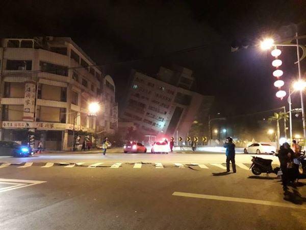 花蓮6日晚上11時50分傳出規模6.0地震,統帥飯店倒塌 。(圖片/翻攝批踢踢實業坊)