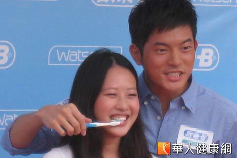 藝人宥勝擔任愛牙大使,親自為女粉絲刷牙,羨煞許多電視劇迷。(攝影/駱慧雯)