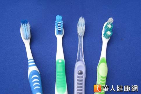 黃仁勇醫師表示,刷牙是口腔保健的主要關鍵,但選購牙刷有學問,使用錯誤不僅會淪為「做白工」,甚至會對牙齒造成破壞。(攝影/駱慧雯)