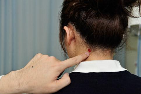 長期有肩頸痠痛的民眾,可以藉由按壓風池等穴位,達到舒緩的作用。(圖片提供/大林慈濟醫院)