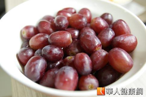 紫色葡萄含有豐富花青素和類黃酮,是效果很強的抗氧化劑,能夠降低發炎情況,達到防癌的效果。(攝影/黃志文)