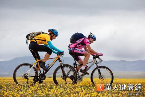 中年男性容易發福,運動是維持身材的關鍵要素,可藉由騎自行車、游泳等消耗多餘熱量。