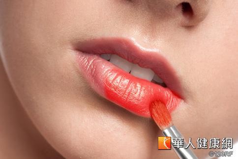 嘴唇保養卸妝不可忽視,秋冬乾冷更是要注意補水保濕。